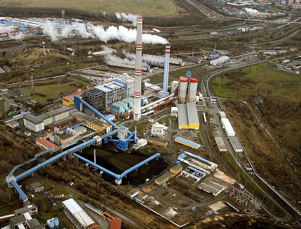 Elektrárna Ledvice leží mezi Teplicemi a Bílinou.