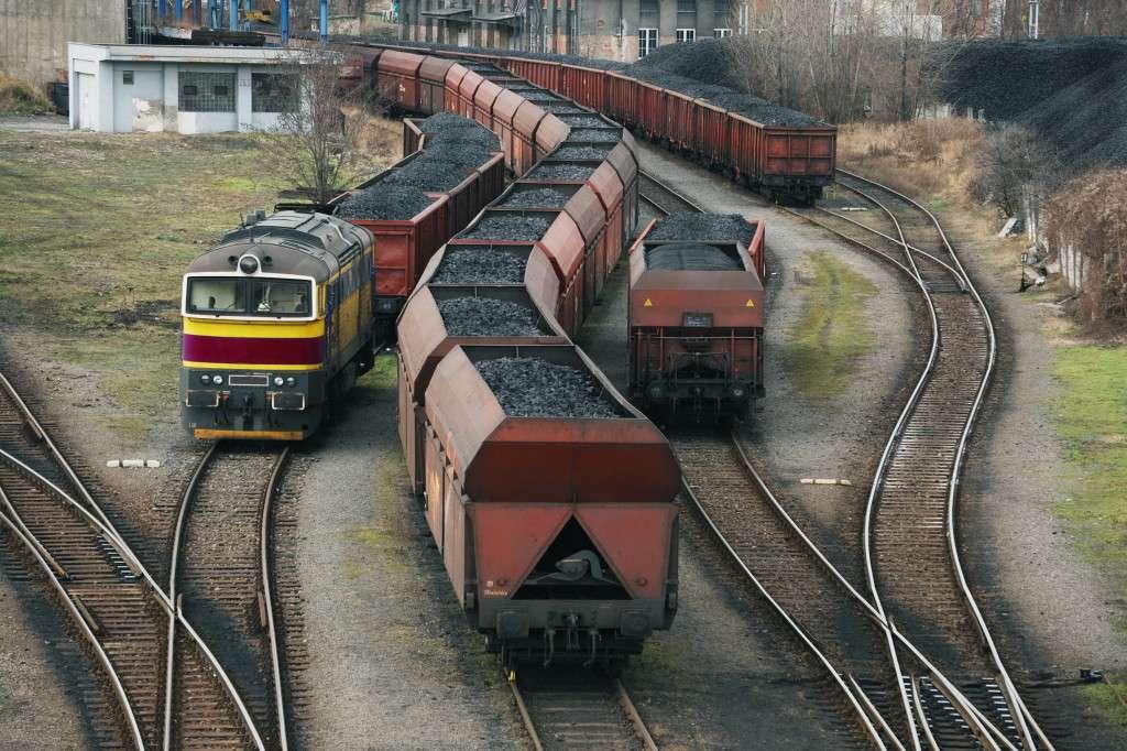 Doprava uhlí po železnici.