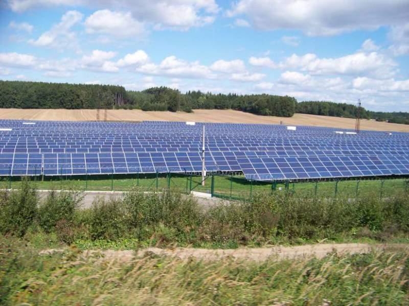 Brusel prověřuje podporu solárů v Česku