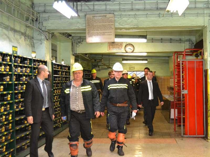 Premiér Bohuslav Sobotka (ČSSD) fárá do dolu v lokalitě Důlního závodu 1 - Lazy. Foto: IVZ