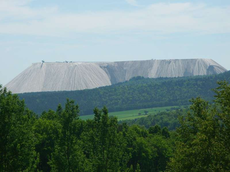 Téměř 200 metrů vysoká výsypka (halda) Monte Kali u Heringen v Hesensku. FOTO: Wikipedia