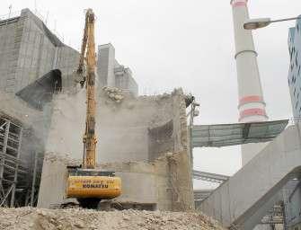 Konec 200 metrového komína elektrárny Mělník