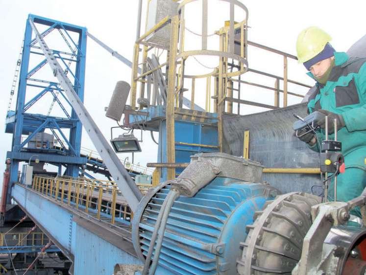 Během plánované odstávky se provádí například diagnostika pohonu kolesa skládkového stroje na úseku uhlí Vršanské uhelné. Foto: (pim)