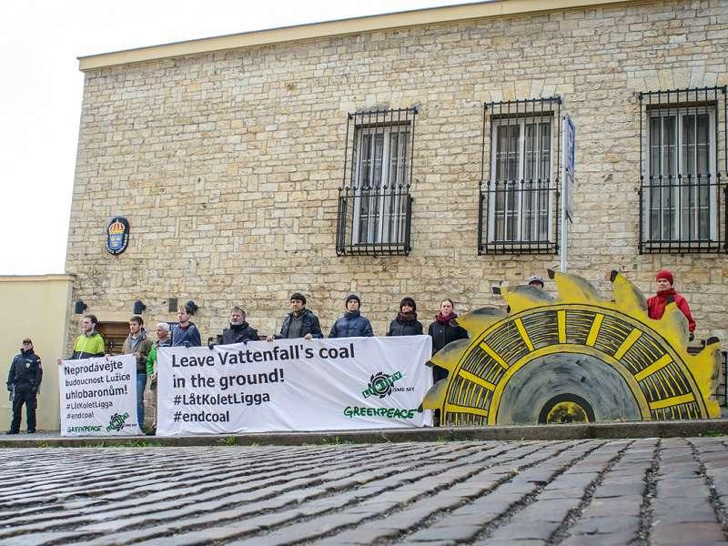 Aktivistů se před švédskou ambasádou sešla jen hrstka. Foto: greenpeace.org