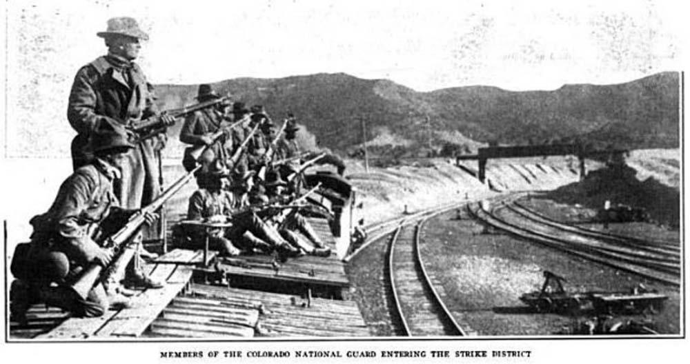 Členové coloradské národní gardy vstupují do stanového městečka Ludlow. Foto: wikipedia.org