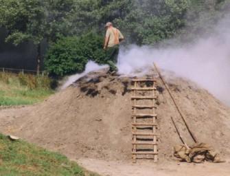 V chomutovském skanzenu vzniká milíř na dřevěné uhlí