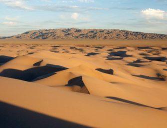 V poušti stojí tisíce kamionů s uhlím