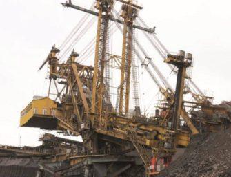 Po uhlí se zakousne do skrývky