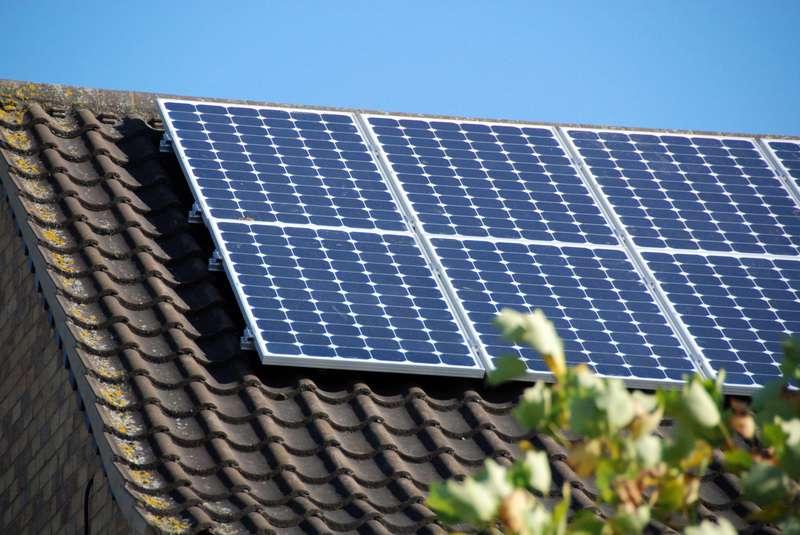 Solární panely na střeše rodinného domu.