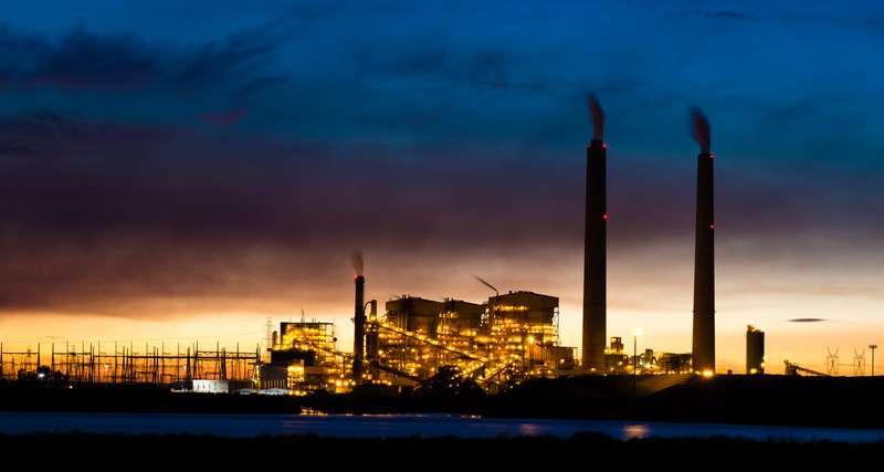 Uhelná elektrárna v noci.