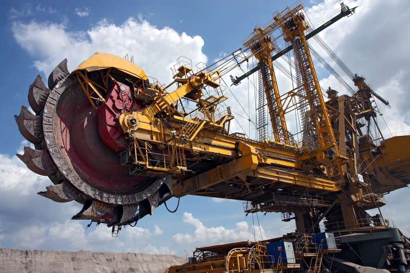 coal-mining-coal-machine-under-cloudy-sky--Jak bude vez uhlí