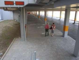Sokolovská uhelná postavila parkoviště u nemocnice