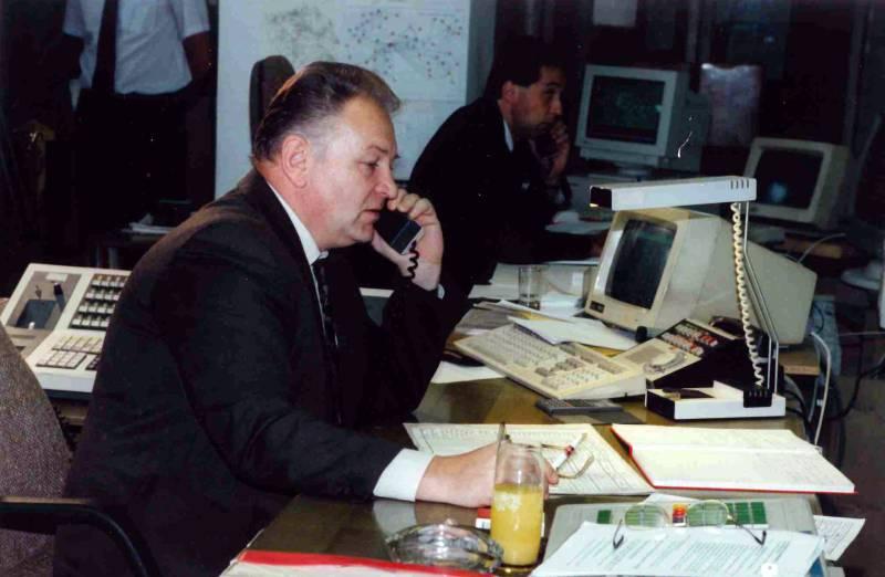 Dispečer Zdeněk Svatoš dává příkaz do rozvodny Hradec. Foto: ČEPS