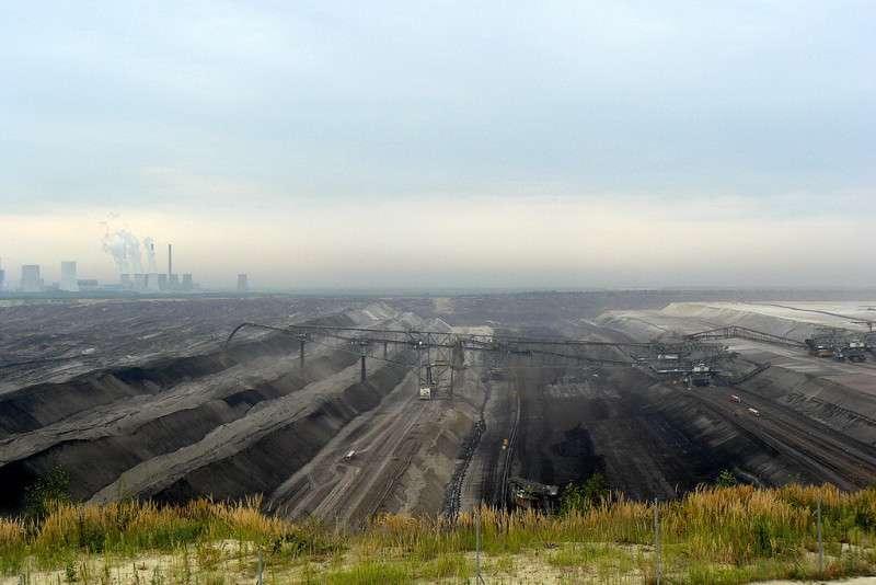 Hnědouhelný lom Nochten a v pozadí elektrárna Boxberg. Foto: Wikipedia