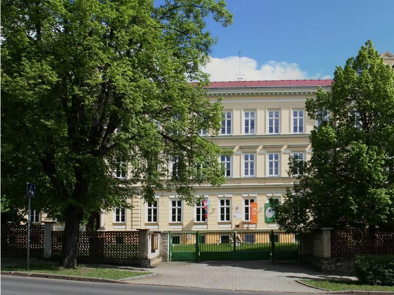 Štýsovu výstavu si v aule kadaňského gymnázia můžete prohlédnout až do začátku letních prázdnin. Foto: wikipedia.org GymKa