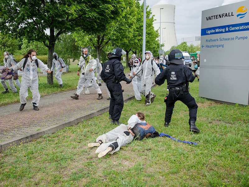 Ekologické aktivisty pozatýkala policie. Foto: Ende Gelände