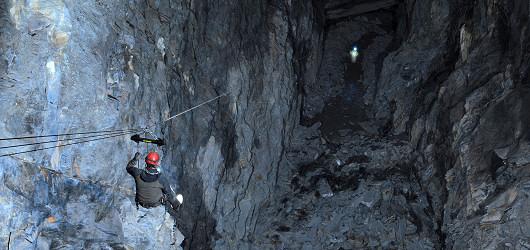 Jeden z těchto podzemních lanových skluzů je údajně nejdelší na světě. Foto: Go Below