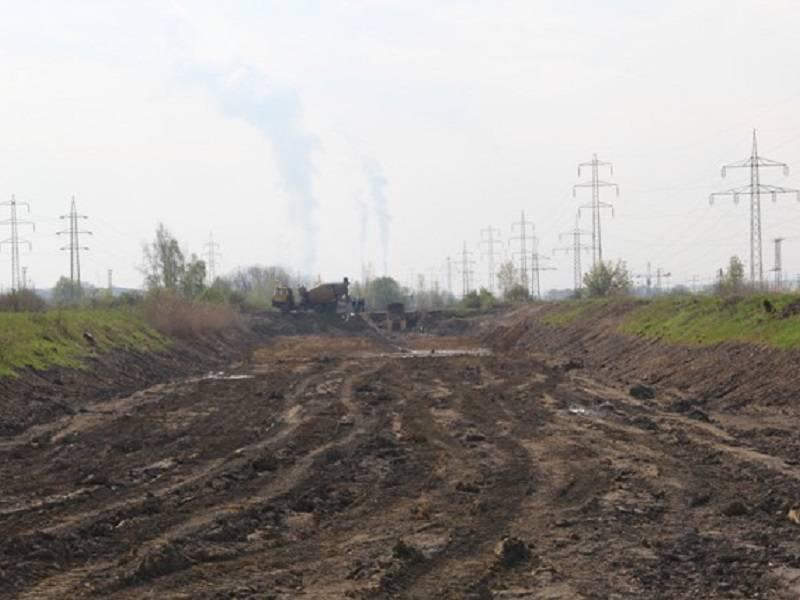 Jednou z posledních fází prací na sedimentační nádrži je betonování hráze. Foto: Důlní noviny