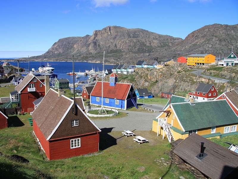 Grónsko_mesto_Sisimiut__wikipedia_Chmee2-Valtameri_compressed