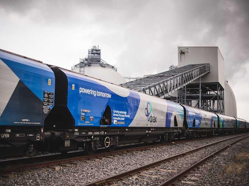 Vlak plný dřevěných pelet pro elektrárnu Drax. Ročně je kvůli nim potřeba spálit les o rozloze sedminy Česka. Foto: Drax