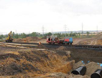 Potrubí v Hořanském koridoru překonalo koleje